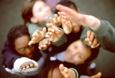 foto di un gruppo di ragazzi con le mani alzate verso l'alto