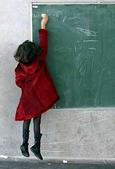immagine di una bambina sospesa in aria, che scrive alla lavagna