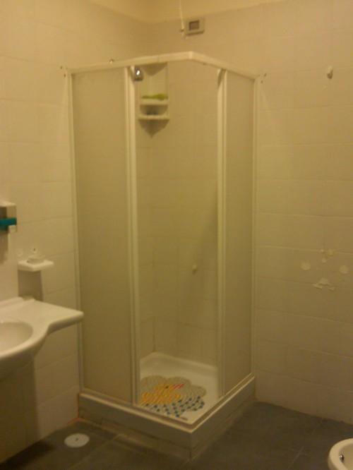 particolare del bagno con al centro la cabina-doccia