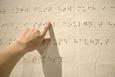 immagine di una mano che legge la scrittura Braille