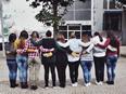 Gruppo di ragazze che si abbracciano
