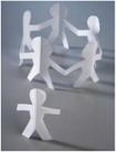 immagine di un gruppo di sagome di carta che fanno un girotondo e una altra sagoma sola che li guarda