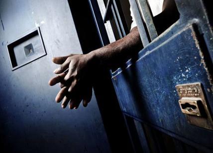 mani che escono da una cella del carcere
