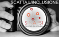 """immagine raffigurante una macchina fotografica con il logo del Centro SInAPSi nell'obbiettivo e la scritta """"SCATTA L'INCLUSIONE"""""""