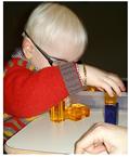 immagine raffigurante un bambino ipovedente intento a svolgere una attività di riabilitazione visiva