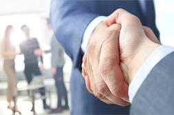 foto di due persone che si stringono la mano