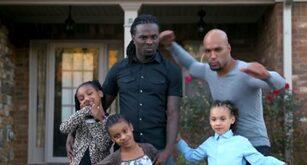 Spot che ritrae una famiglia omogenitoriale con figli