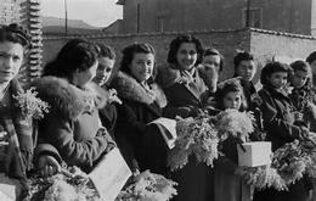 Gruppo di donne che mantiene cestini di mimose