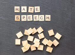 Tessere con la scritta hate speech