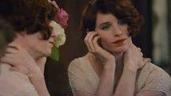 """Immagine tratta dal film """"The Danish girl"""" nella quale la protagonista ci guarda allo specchio"""