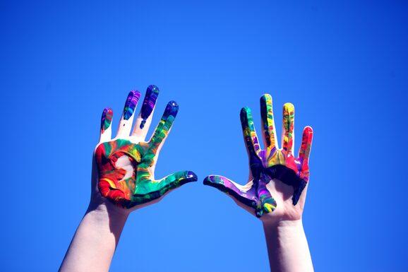 mani sporche di colore
