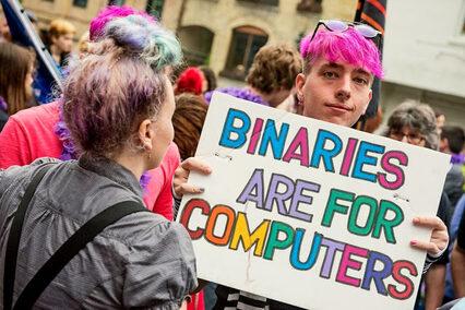Persone manifestanti al Pride