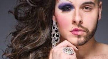 Persona trans con mezza faccia truccata.