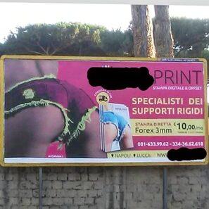 Cartellone pubblicitario con fondo schiena in primo piano