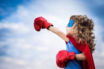 Bambina con maschera e guanti da boxe