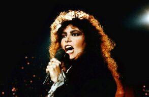 L'immagine raffigura la cantante Loredana Berté durante una sua esibizione