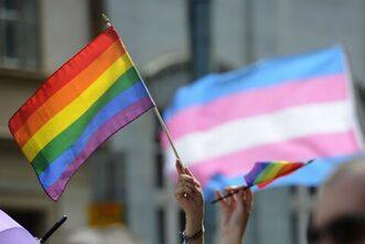 bandiera rainbow e bandiera trans per i diritti LGBTQI+