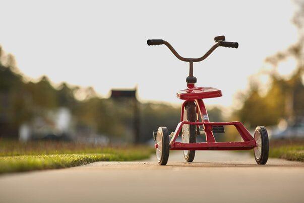 un triciclo simbolo dell'infanzia