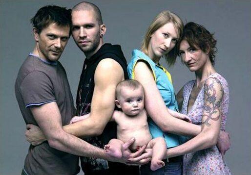 due coppie omosessuali che tengono in braccio un bambino